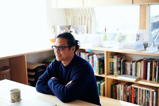 大巻伸嗣<br>1971年岐阜県生まれ。東京藝術大学美術学部彫刻科教授。『アジアパシフィック・トリエンナーレ』や『横浜トリエンナーレ2008』、『アジアンアートビエンナーレ』など世界中の芸術祭や美術館・ギャラリーでの展覧会に参加している。展示空間を非日常的な世界に生まれ変わらせ、鑑賞者の身体的な感覚を呼び覚ますダイナミックな作品『Liminal Air』『Memorial Rebirth』『Echoes』を発表している。