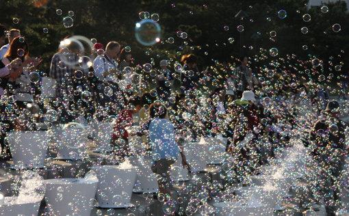 『Memorial Rebirth』が初めて実施された『横浜トリエンナーレ2008』での様子 / 約50万個以上のシャボン玉を使って、光の空間を演出した