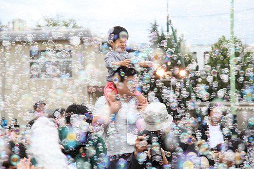 『Memorial Rebirth 千住 2016 青葉』撮影:高田洋三 / 2011年にスタートし、小学校や公園など毎年場所を変えながら、足立区内でリレーのバトンのように手渡されてきた
