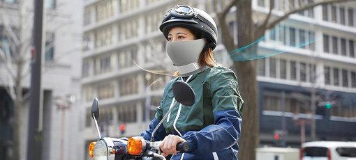 AiryTailのイメージ画像。粉塵などにより空気が汚染されている交通量の多い道路上で、AiryTailはバイクライダーとその周囲の人々、双方のために空気を浄化する