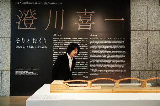 小谷元彦<br>1972年京都府生まれ。東京藝術大学美術学部彫刻科卒業後、同大学大学院美術研究科彫刻専攻修了。「ファントムリム(幻影肢)」をテーマとして、失われた身体と変異する知覚や身体を表現し、曖昧な領域を横断する。彫刻や立体作品のほかに、映像、写真、インスタレーション作品なども制作する。2019年3月まで東京藝術大学先端芸術表現科准教授。現在、東京藝術大学彫刻科准教授。