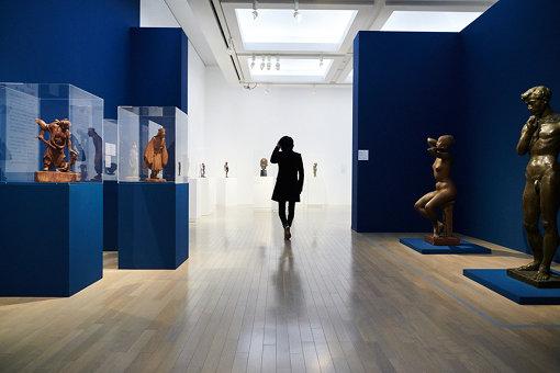 会場には澄川喜一が学んだ平櫛田中と菊池一雄の作品も展示されている