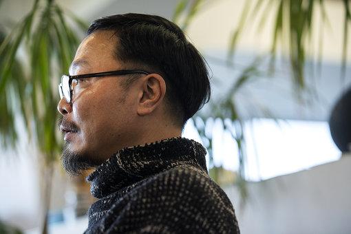 服部滋樹(はっとり しげき)<br>1970年生まれ、大阪府出身。graf 代表、クリエイティブディレクター、デザイナー。美大で彫刻を学んだ後、インテリアショップ、デザイン会社勤務を経て、1998年にインテリアショップで出会った友人たちとgraf を立ち上げる。建築、インテリアなどに関わるデザインや、ブランディングディレクションなどを手掛け、近年では地域再生などの社会活動にもその能力を発揮している。京都造形芸術大学芸術学部情報デザイン学科教授。