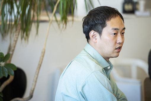 原田祐馬(はらだ ゆうま)<br>1979年大阪生まれ。UMA / design farm代表。大阪を拠点に文化や福祉、地域に関わるプロジェクトを中心に、グラフィック、空間、展覧会や企画開発などを通して、理念を可視化し新しい体験をつくりだすことを目指している。「ともに考え、ともにつくる」を大切に、対話と実験を繰り返すデザインを実践。「グッドデザイン金賞」(2016年度)、「第51回日本サインデザイン賞最優秀賞」(2017年度)など国内外で受賞多数。京都造形芸術大学空間演出デザイン学科客員教授。愛犬の名前はワカメ。