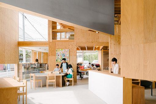 奈良県の福祉施設「たんぽぽの家」と共同で企画した、障害のある人たちの仕事づくりを実践する「Good Job! Project」(2012年~)の様子 Photo Yoshiro Masuda