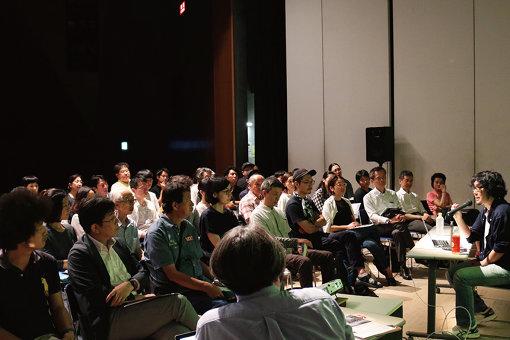 2019年7月8日、長崎市チトセピアホールで行われた自主事業「若林恵 文化講演会『あたらしいハコモノのカタチ』」講演の様子