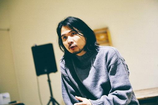 山縣良和(やまがた よしかず)<br>2005年セントラル・セント・マーチンズ美術大学を卒業。在学中にジョン・ガリアーノのデザインアシスタントを務める。2007年にリトゥンアフターワーズを設立。2008年より東京コレクションに参加。2014年に毎日ファッション大賞特別賞を受賞。2015年には日本人として初めてLVMHプライズのセミファイナリストにも選出された。またファッション表現の研究、学びの場として、2008年より「ここのがっこう」を主宰。「GAKU」のディレクター。