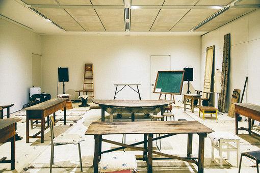 GAKU室内。山縣が自ら揃えた古家具や古調度が並ぶ