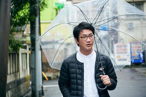 吉田武司<br>1984年生まれ。埼玉県北本市で実施された『北本ビタミン』(2010年~2012年)や東京都三宅島の『三宅島大学』(2013年)などアートプロジェクトの事務局として企画運営に携わる。現在、『アートアクセスあだち 音まち千住の縁』のディレクター