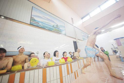『野村誠ふろデュース「風呂フェッショナルなコンサート」』(2012年)撮影:森孝介 / 『千住だじゃれ音楽祭』第一弾企画として、名物銭湯「タカラ湯」で開催された