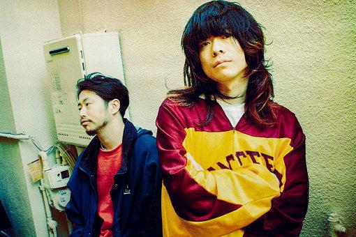 ドミコ<br>左から:長谷川啓太(Dr,Cho)、さかしたひかる(Vo,Gt)<br>2011年結成。メンバーは、さかしたひかると長谷川啓太。これまでに3枚のアルバムをリリースし、『FUJI ROCK FESTIVAL 2017、2019』『RISING SUN ROCK FESTIVAL』『RUSH BALL』『ROCK IN JAPAN'19』等の大型ロックフェスに軒並み出演。中国ツアー、『SXSW』及び全米6か所のツアー、台湾公演も果たす。4月15日に新作『VOO DOO?』を発売した。