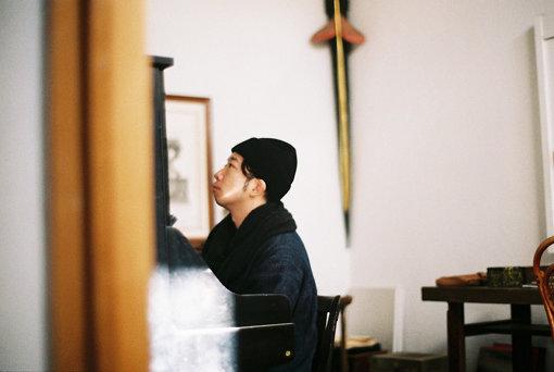 harukanakamura(はるか なかむら)。緊急事態宣言が発令され外出自粛要請が出ている中、オンラインでのインタビューに応じてくれた<br>音楽家 / 青森出身。カテドラル聖マリア大聖堂、世界平和記念聖堂、野首天主堂を始めとする多くの重要文化財にて演奏会を開催。杉本博司「江之浦測候所」の特別映像、国立新美術館「カルティエ、時の結晶」などの音楽を担当。清水寺・成就院にてピアノ演奏をライブ配信。早稲田大学交響楽団との共演、Nujabes、LUCA、柴田元幸、ミロコマチコ、evam evaなど多くのコラボレーションを行う。2020年より自主レーベル「灯台」を立ち上げた。