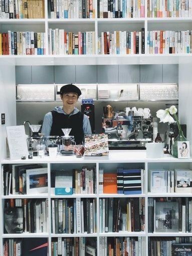 HADEN BOOKS:の林下英治店長。移転しリニューアルオープンした店内にて。日誌「一月十一日 「日曜の影」」より