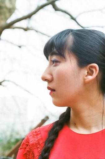 春ねむり(はる ねむり)<br>神奈川・横浜出身のシンガーソングライター / ポエトリーラッパー。2016年に「春ねむり」としての活動を始め、自身で全楽曲の作詞・作曲を担当する。2018年4月に初のフルアルバム『春と修羅』をリリースした。2019年にはヨーロッパを代表する20万人級の巨大フェス『Primavera Sound』に出演。さらに6か国15公演のヨーロッパツアーを開催し、多数の公演がソールドアウトとなった。2020年3月に約2年ぶりとなるオリジナルアルバム『LOVETHEISM』を配信リリースした。