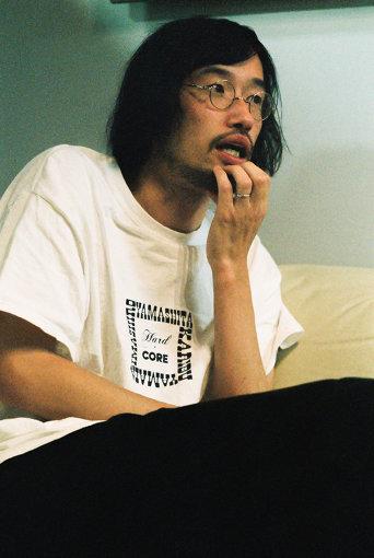 今泉力哉(いまいずみ りきや)<br>1981年2月1日生まれ、福島県郡山市出身。代表作に『たまの映画』『サッドティー』『退屈な日々にさようならを』『愛がなんだ』『アイネクライネナハトムジーク』など。『こっぴどい猫』でトランシルヴァニア国際映画祭最優秀監督賞受賞。「午前3時の無法地帯」「東京センチメンタル」などのドラマ、乃木坂46のシングルCD特典映像『水色の花』(齋藤飛鳥)『ほりのこもり』(堀未央奈)なども手がける。今年1月より『mellow』(主演:田中圭)『his』(主演:宮沢氷魚)が公開中。金曜ナイトドラマ「時効警察はじめました」やWOWOW「有村架純の撮休」にも演出として参加するなど精力的に活動している。『街の上で』に続き、2021年には『あの頃。』(主演:松坂桃李、脚本:冨永昌敬、原作:劔樹人)が公開予定。