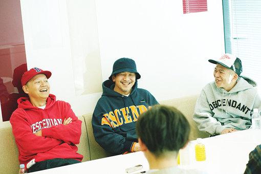 スチャダラパー(左から:Bose、ANI、SHINCO)<br>ANI、Bose、SHINCOの3人からなるラップグループ。1990年にデビューし、1994年『今夜はブギー・バック』が話題となる。以来ヒップホップ最前線で、フレッシュな名曲を日夜作りつづけている。
