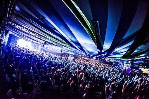 CAVE STAGE。『All Night Viva!』同様、ライブハウスそのままの熱気を味わえる空間が同フェスの特色となっている。 撮影:小宮山峻 ©VIVA LA ROCK 2019 All Rights Reserved