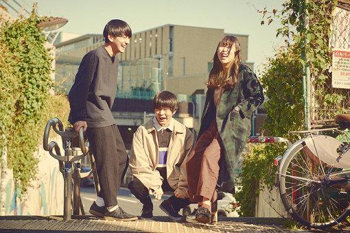 リュックと添い寝ごはん<br>左から:松本ユウ(Vo,Gt)堂免英敬(Ba)、宮澤あかり(Dr)<br>2017年11月10日結成。東京都内を拠点に活動中、高校を卒業したばかりの3ピースバンド。配信サイト「Eggs」のアーティストランキングで常に上位にランクインしている。2019年夏、ロッキング・オンが主催するオーディション『RO JACK for ROCK IN JAPAN FESTIVAL 2019』で優勝し、『ROCK IN JAPAN FESTIVAL 2019』に出場を果たす。2020年3月4日、1stミニアルバム『青春日記』をタワーレコード限定でリリースした。