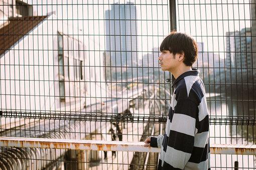 内山拓也(うちやま たくや)<br>1992年5月30日生まれ。新潟県出身。高校卒業後、文化服装学院に入学。在学当時から映像の現場でスタイリストとして携わるが、経験過程で映画に没頭し、学院卒業後スタイリスト業を辞する。その後、監督・中野量太(『浅田家!』『湯を沸かすほどの熱い愛』など)を師事。23歳で初監督作『ヴァニタス』を制作。同作品で初の長編にして『PFFアワード2016観客賞』を受賞。近年は、ミュージックビデオの他に中編映画『青い、森』、長編映画『佐々木、イン、マイマイン』を監督。