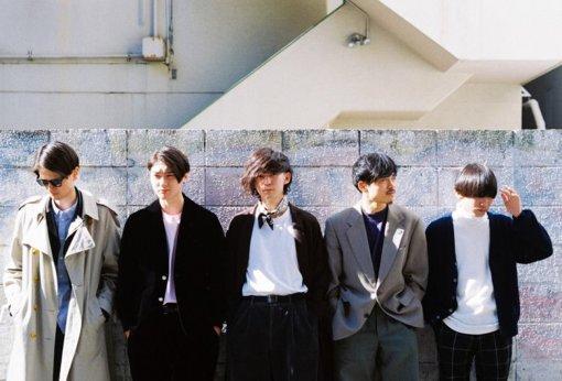 Chapman(ちゃっぷまん)<br>左から:DOI(Gt)、Kido(Ba)、Neggy(Vo)、NAKADAI(Key,Cho)、Tee(Dr)<br>2018年8月、中高の同級生らが軸となり結成。平均年齢25歳の5人組バンド。80s~90sのソウルやファンクを軸としながらもジャズ、ヒップホップ、ロック、近年のビートミュージックシーンからの影響をも感じさせる多彩な音楽性に、内省的かつ情緒溢れる詩を掛け合わせた楽曲が魅力。バンド結成1年で『SUMMER SONIC 2019』や、『ツタロックフェス 2019』などに出演。4月15日、1st EP『CREDO』をリリース。