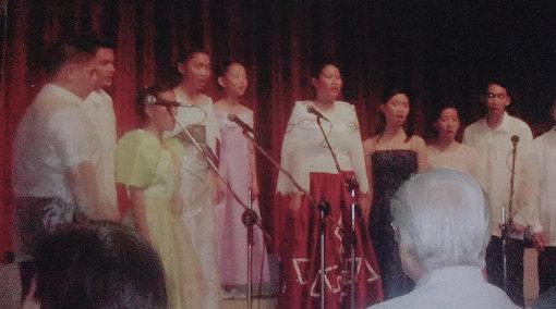 遥海、フィリピンの学校にて歌っている様子