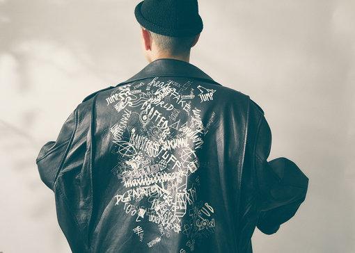 背中にインパクトのあるグラフィックが描かれたMaison Margielaのレザーライダースジャケット