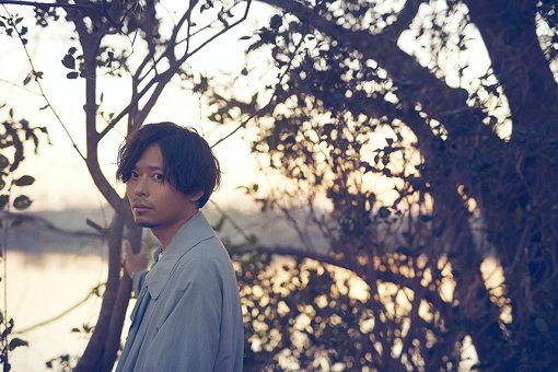 中田裕二(なかだ ゆうじ)<br>1981年生まれ、熊本県出身。2000年にロックバンド「椿屋四重奏」を結成、フロントマンおよびすべてのレパートリーのソングライターとして音楽キャリアをスタート。2011年のバンド解散直後からソロとしての活動を開始。4月15日に、9thフルアルバム『DOUBLE STANDARD』をリリースした。