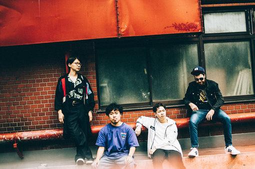 SMTK(えすえむてぃーけー)<br>左から:細井徳太郎、石若駿、松丸契、マーティ・ホロベック<br>ドラマーの石若駿が自身の同世代のミュージシャン達を集め結成したバンド。2018年8月に初ライブを行う。最初のライブはドラムの石若駿、ギターの細井徳太郎、ベースのマーティ・ホロベックの3人で行われる。同年10月、新宿ピットインでのライブにてサックスの松丸契が参加、以後現在の編成となる。2019年には『東京ジャズ』や『TOKYO LAB』といったイベントにも出演。2020年4月15日に1stEP『SMTK』、同年5月20日に1stフルアルバム『SUPER MAGIC TOKYO KARMA』をリリース。