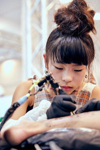 NOKO。現在11歳。タトゥーアーティストとして活動している