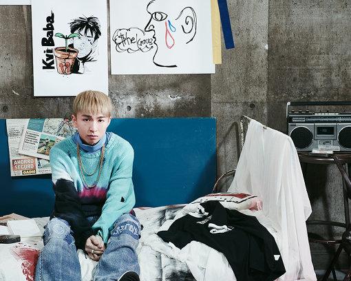 Kvi Baba(くゔぃ ばば)<br>1999年生まれ。大阪府・茨木出身。2017年よりSoundCloud上で立て続けに楽曲を発表し音楽活動をスタート。トラップ、オルタナティブロックを飲み込んだ音楽性を持つ。2019年2月に1st EP『Natural Born Pain』を、同年3月に2nd EP『19』を立て続けにドロップ。2019年9月25日に1stアルバム『KVI BABA』を発表し、2020年5月29日に『Happy Birthday to Me』をリリースした。