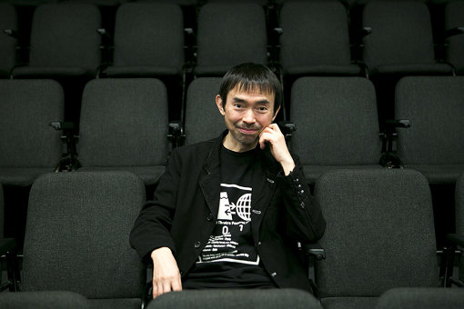 宮城聰(みやぎ さとし)<br>1959年東京生まれ。演出家。SPAC-静岡県舞台芸術センター芸術総監督。東京芸術祭総合ディレクター。2017年『アンティゴネ』をフランス・アヴィニョン演劇祭のオープニング作品として法王庁中庭で上演、アジアの演劇がオープニングに選ばれたのは同演劇祭史上初めてのことであり、その作品世界は大きな反響を呼んだ / 写真は、2018年4月のインタビューで撮影されたもの