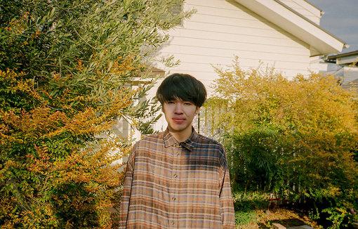 岡田拓郎(おかだ たくろう) / 撮影:三船雅也<br>1991年生まれ。東京都福生市育ち。2012年にバンド「森は生きている」を結成。P-VINE RECORDSより『森は生きている』、『グッド・ナイト』をリリース。2015年に解散。2017年10月、ソロ名義「Okada Takuro」としてデビューアルバム『ノスタルジア』を発表。2020年6月、約3年ぶりとなる待望の2ndアルバム『New Morning』をリリース。