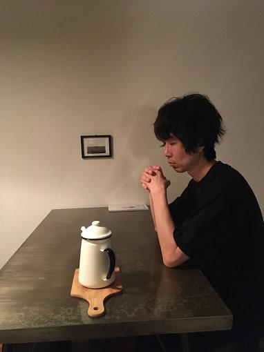 duenn(だえん)<br>福岡在住。エレクトロニクス / コンポーザー。必要最小限の機材でミニマル的な作品を制作。国内外のレーベルより多数の作品をリリース。ソロワークの他、Merzbow、Nyantoraと共にエクスペリメンタルユニット「3RENSA」、写真家吉田志穂とのアートユニット「交信」としても活動中。Nyantoraとアンビエントイベント「Haradcore Ambience」共催。