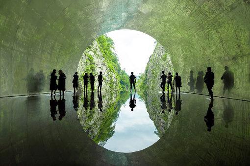 清津峡渓谷トンネルTunnel of Light(2018年)  ©Osamu Nakamura / 『「大地の芸術祭」の里 越後妻有2019春』