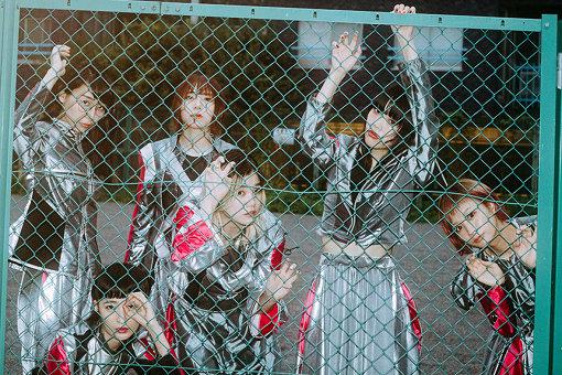 """BiSH(びっしゅ)<br>左から:ハシヤスメ・アツコ、リンリン、アユニ・D、セントチヒロ・チッチ、アイナ・ジ・エンド、モモコグミカンパニー<br>2015年3月に結成。5月にインディーズデビュー。2016年5月avex traxよりメジャーデビュー。2020年4月13日より、TVアニメ「キングダム」オープニングテーマに起用された新曲""""TOMORROW""""を配信。7月8日には、BiSHとして初となるベストアルバム『FOR LiVE -BiSH BEST-』を発売することを発表。加えて、7月22日には、メジャー3.5th AL『LETTERS』をリリース。"""