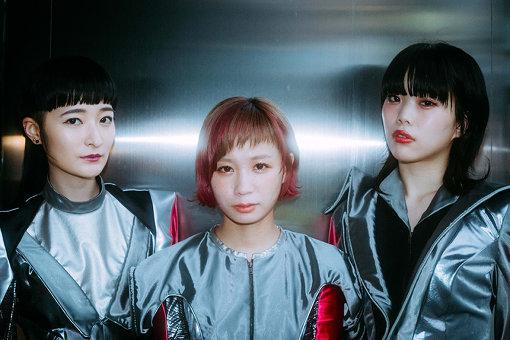 左から:リンリン、モモコグミカンパニー、アイナ・ジ・エンド