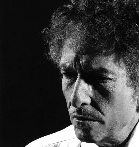 ボブ・ディラン<br>1941年5月24日、ミネソタ州デュルースで生誕。現在79歳。全世界アルバムトータルセールスは1億2500万枚を超え、39作のオリジナル作品、ライブ盤やコンピレーションを合わせると60タイトルを超え、600曲以上の自作曲、そして世界中で2千回以上のライブを行い、半世紀以上に渡って常に第一線で活躍している唯一のアーティスト。2016年にノーベル文学賞の授賞が発表される。2020年6月、最新作『ラフ&ロウディ・ウェイズ』をリリースした。