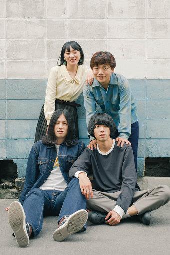 Easycome(いーじーかむ) / 撮影:Misa Shinshi<br>2015年8月、大学のサークル仲間と組んだバンドからメンバーチェンジ、改名を経て「Easycome」を結成。2018年12月、サポートドラマーとして参加していたDr.johnnyが正式メンバーとして加入。2019年7月、1stアルバム『Easycome』をリリースし「タワレコメン」にも選出される。2020年7月15日、1st EP『レイドバック』をリリースした。