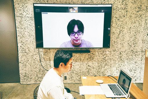 神谷はソニースクエア渋谷プロジェクトから、三浦は自宅からオンラインで繋ぎ対談を行った