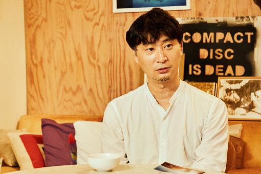 木村豊(きむら ゆたか)<br>1995年にデザイン事務所「Central67」を設立。CDジャケットを中心にミュージックビデオの監督や本の装幀、ツアーグッズ等のデザインを手掛ける。直近ではゲスの極み乙女。の他に、スピッツ『猫ちぐら』『見っけ』、ラブリーサマーちゃん『THE THIRD SUMMER OF LOVE』、赤い公園『THE PARK』などのアートワークを手掛けている。
