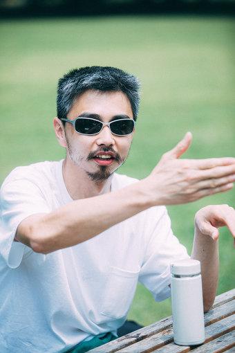 鎮座DOPENESS(ちんざ どーぷねす)<br>1981年生まれ、東京出身のラッパー。2004年より活動開始。独特な声質と巧みなスキルを駆使したラップで、フリースタイルMCバトルのシーンから頭角を現す。ソロ活動のみならず、ZEN-LA-ROCK、G.RINAとともにユニット「FNCY」のメンバーとしても活躍中。