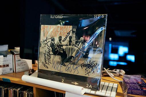 オフィスに飾られていたArt Ensemble Of Chicagoのサイン入りレコード