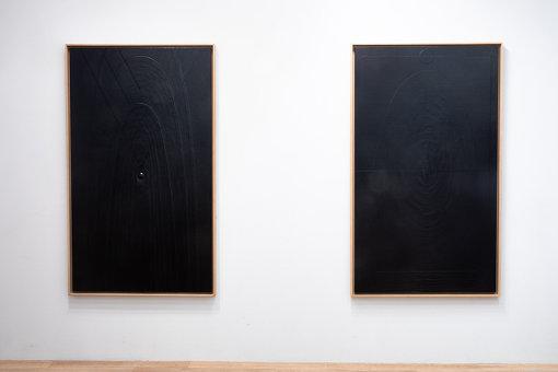 左から因藤壽作『作品 94.4.8』『作品 94.4.21』。左の『作品 94.4.8』の中心に丸い突起がある