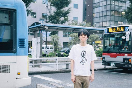 dodo(どど)<br>神奈川県川崎市中原区在住の24歳、高校生ラップ選手権出場をきっかけに活動を本格化させるも、一時期活動を休止。2017年から再度本格化させ、2019年にはアルバム『importance』をリリースし、初のワンマン「ひんしの会」も開催。その後、夏には『FUJI ROCK FESTIVAL '19』にも出場。2020年7月17日、ニューアルバム『normal』を発表した。