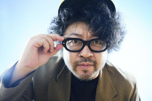 川田十夢(かわだ とむ)<br>1976年、熊本県生まれ。1999年にミシンメーカーへ就職、面接時に書いた「未来の履歴書」に従い、全世界で機能する部品発注システムやミシンとネットをつなぐ特許技術発案などをひと通り実現。2009年に独立、やまだかつてない企画開発ユニット「AR三兄弟」の長男として活動を開始。ジャンルとメディアを横断し、AR(拡張現実)技術を駆使したプロダクツやエンターテイメントの企画・開発・設計を担う。文化庁メディア芸術祭エンターテインメント部門審査員主査。毎週金曜日20時から放送のJ-WAVE『INNOVATION WORLD』のナビゲーターも務める。
