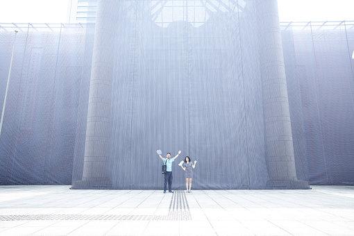 イヴァナ・フランケ『予期せぬ共鳴』2020 © Ivana Franke / 工事現場の仮囲いのようなイヴァナ・フランケの作品が覆い尽くす横浜美術館の前で。2重の紗幕がモアレを生じさせている