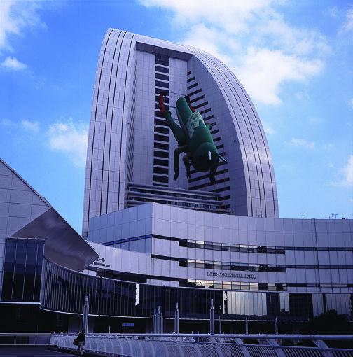 椿昇+室井尚『インセクト・ワールド、飛蝗』2001 撮影:黒川未来夫 写真提供:横浜トリエンナーレ組織委員会 / 『横浜トリエンナーレ 2001』2001年9月2日~11月11日 / ヨコハマグランドインターコンチネンタルホテルの外壁に全長35メートルの巨大なバッタが出現する展示は、市民に驚きを持って迎えられ、現代美術が広く一般の目にも触れる機会となった