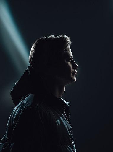"""KYGO(かいご) / photo by Johannes Lovund<br>ノルウェー、ベルゲン出身のDJ / プロデューサー。6歳よりピアノを始め、15歳でDJをスタート。ColdplayやRed Hot Chili Peppersを好んで聴いていたが、同じスカンジナビア地方のアーティスト、Avicii""""Seek Bromance""""に衝撃を受け、エレクトロニックミュージックの道を志すようになり、同時に楽曲制作を始める。南国を連想させる、ゆったりとしたビートが特徴的な「トロピカル・ハウス」の火付け役として注目を浴び、自身初のオリジナル楽曲""""Firestone ft. Conrad Sewell""""などが大ヒット。その後、音楽ストリーミングサービスSpotify史上最速で再生回数10億回を突破したアーティストとなった。2019年、映画『名探偵ピカチュウ』のエンディングソングに、リタ・オラをゲストに迎えた""""Carry On""""が起用され、話題に。2020年5月29日に配信されたニューアルバム『Golden Hour』が、7月8日に日本盤CDとなってリリースされた。"""