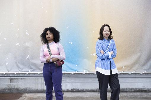 左:なみちえ<br>1997年生まれ、東京芸大卒。ラッパー / 着ぐるみ作家 / 美術家。ソロ活動の他、グローバルシャイやTAMURAKINGでも表現をしている。その表現は単純に二分化されている知覚にグラデーションを起こすための装置である。<br>右:Licaxxx(りかっくす)<br>東京を拠点に活動するDJ、ビートメイカー。2016年に出演したBOILER ROOM TOKYOのYoutube再生回数が約50万回再生を記録。DJとして国内外のビッグフェスやクラブに出演する他、世界各国のラジオにDJMIXを提供しメゾンブランドのコレクションやCM等、幅広い分野への楽曲提供を行う。世界中のDJとの交流の場を目指しているビデオストリームラジオ「Tokyo Community Radio」の主宰。