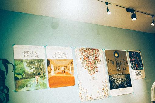 取材日、大島が持参したポスター。左から、『レイニーデイ・イン・ニューヨーク』(2枚)、『ミッドサマー』(2枚)、『デッド・ドント・ダイ』